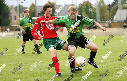2010-09-26 / Seizoen 2010-2011 / Voetbal / Branddonk - Antonia / Stef Adriaensen van Branddonk heeft Manu Nuyts van Antonia in de rug..Foto: mpics