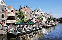 Nederland Leiden  2016  06 24 .  Terrassen op boten aan de Nieuwe Rijn  in Leiden.  Foto Berlinda van Dam / Hollandse  Hoogte