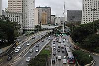 SÃO PAULO, SP, 28.05.2015 – TRÂNSITO-SP - Trânsito no Corredor Norte-Sul, sentido zona sul na altura do Viaduto do Chá região central de São Paulo nesta quinta-feira 28. (Foto: Marcos Moraes / Brazil Photo Press)