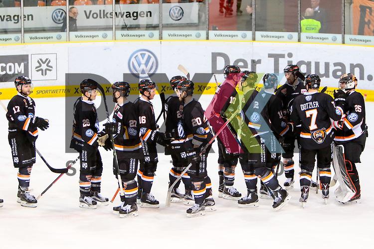 Wolfsburg Jubel nach Spielende, Freude &uuml;ber den Sieg, Erfolg, success bedankt sich bei den Fans, bedanken, Dank, Feiern, optimistisch beim Spiel in der DEL, Grizzlys Wolfsburg (dunkel) - Straubing Tigers (weiss).<br /> <br /> Foto &copy; PIX-Sportfotos *** Foto ist honorarpflichtig! *** Auf Anfrage in hoeherer Qualitaet/Aufloesung. Belegexemplar erbeten. Veroeffentlichung ausschliesslich fuer journalistisch-publizistische Zwecke. For editorial use only.