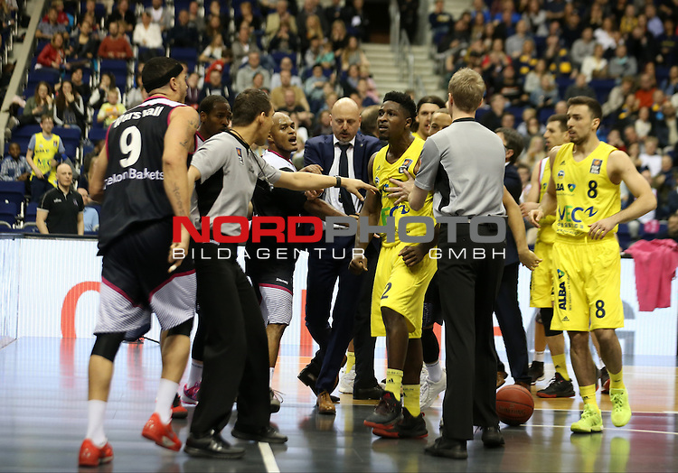 09.04.2016, Mercedes Benz Arena, Berlin, GER, ALBA BERLIN vs. BASKETS BONN, im Bild <br /> Ruderbildung und Schubserei<br /> Kresimir Loncar (ALBA Berlin), Alex King (ALBA Berlin),Ismet Akpinar (ALBA Berlin),  Dirk Maedrich (Telekom Baskets Bonn), Andrej Mangold (Telekom Baskets Bonn)<br /> <br />      <br /> Foto &copy; nordphoto /  Engler