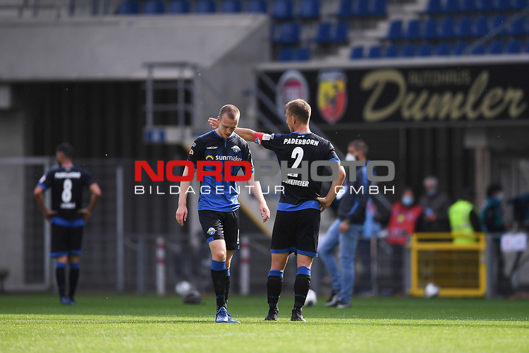 Enttaeuscht nach dem Spiel: Sebastian Schonlau (SC Paderborn #13) und Uwe HŸnemeier | Huenemeier (SC Paderborn #2), <br />