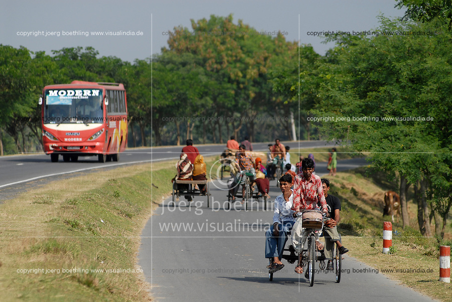Bangladesch , Rikscha und Bus auf Strasse  / Bangladesh , people at bicycle rikshaw and bus on the road