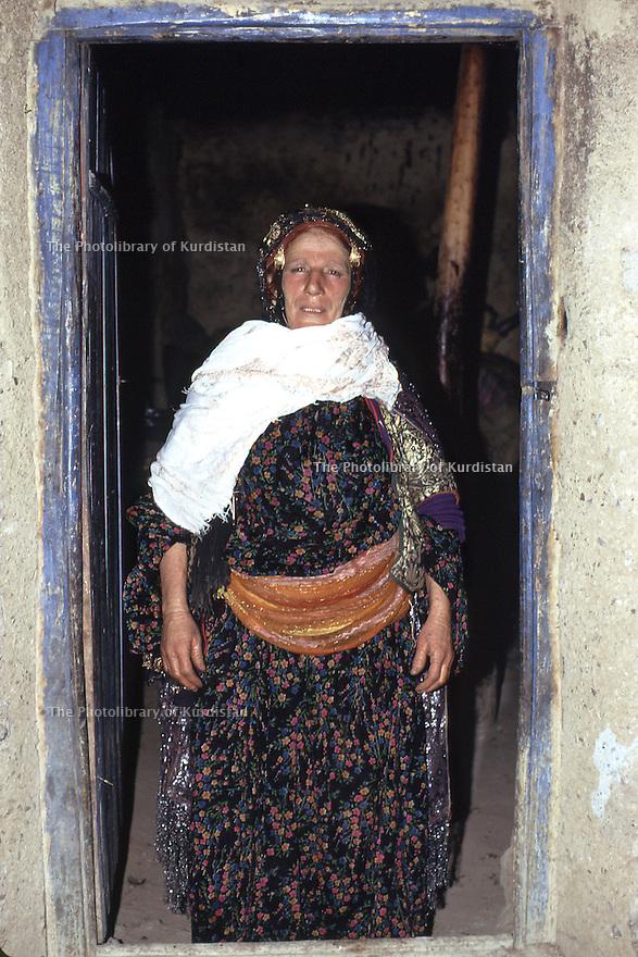 Iraq 1973 <br /> Kurdish woman standing on the doorstep of her house<br /> Irak 1973<br /> Femme kurde sur le pas de sa porte