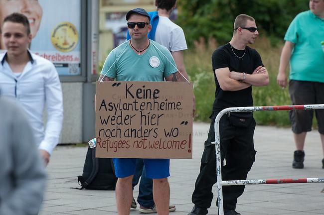 Neonazis protestieren gegen Fluechtlinge in Berlin Adlershof.<br /> Am Mittwoch den 4. Juni 2014 wurden die ersten Fluechtlinge in einer neuen Fluechtlingsunterkunft Radickestrasse in Berlin-Adlershof einquartiert. Dagegen protestierten ca. 30 Neonazis der NPD und Bewohner des Stadtteils. Eine Kundgebung direkt vor der Unterkunft wurde dem Anmelder Sebastian Schmidtke jedoch verwehrt, somit mussten die 30 Personen 2 Strassen entfernt hinter einer Polizeiabsperrung stehen.<br /> Beireits in den Wochen vor der Ereoffnung der Unterkunft hatten Neonazis von der NPD aus Berlin und Brandenburg sowie ein paar Bewohner des Stadtteils immer wieder versucht Stimmung gegen die Unterkunft zu machen. Zum Einzug der Fluechtlinge blieb es jedoch friedlich.<br /> Traeger der Unterkunft ist der Internationale Bund (IB - Freier Traeger der Jugend-, Sozial- und Bildungsarbeit e.V.). Bis zu 210 Menschen sollen nach den Plaenen des zustaendigen Landesamt fuer Gesundheit und Soziales (LAGeSo) in der Unterkunft wohnen.<br /> 4.6.2014, Berlin<br /> Copyright: Christian-Ditsch.de<br /> [Inhaltsveraendernde Manipulation des Fotos nur nach ausdruecklicher Genehmigung des Fotografen. Vereinbarungen ueber Abtretung von Persoenlichkeitsrechten/Model Release der abgebildeten Person/Personen liegen nicht vor. NO MODEL RELEASE! Don't publish without copyright Christian-Ditsch.de, Veroeffentlichung nur mit Fotografennennung, sowie gegen Honorar, MwSt. und Beleg. Konto:, I N G - D i B a, IBAN DE58500105175400192269, BIC INGDDEFFXXX, Kontakt: post@christian-ditsch.de]
