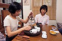 Asie/Singapour/Singapour: Tea Chapter Trading - Neil Road: Jeunes filles préparant le thé