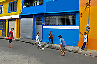 Crianças jogando bola na favela de Heliópolis, São  Paulo. 2004. Foto de Juca martins.