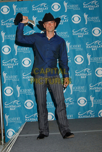 KENNY CHESNEY.The 40th Annual Academy of Country Music Awards (ACM) held at Mandalay Bay Resort & Casino, Las Vegas, Nevada, USA, 17 May 2005..full length trophy award cowboy hat blue shirt .Ref: ADM.www.capitalpictures.com.sales@capitalpictures.com.©Laura Farr/AdMedia/Capital Pictures.