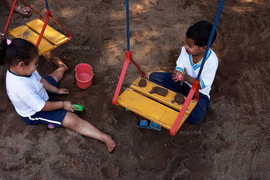 Bresil, etat Minas Gerais, Muzambinho (Nord de Sao Paulo), 31 octobre 2012.<br /> <br /> Ecole &laquo; Neide Sartine Muniz &raquo; situee sur la fazenda (ferme, exploitation de cafe) Nossa Senhora da Aparecida  ( Notre-Dame de l&rsquo;Apparition ), membre du programme Nespresso AAA et certifiee par Alliance Rainforest&nbsp; : un petit garcon et une petite fille jouent ensemble durant la recreation.<br /> Certifiee du label Alliance Rainforest, la fazenda s'engage a respecter toutes les normes du SAN (Sustainable Agriculture Network) y compris l'instruction des enfants identifies par l&rsquo;Organisation internationale du Travail.<br /> Reportage les Chants de cafe_soul of coffee, realise sur les acteurs terrain du programme de developpement durable Triple AAA de Nespresso.<br /> <br /> Brazil, Minas Gerais, Muzambinho  (North of Sao Paulo), October 31, 2012 <br /> <br /> The &ldquo;Neide Sartine Muniz&rdquo; School situated on the fazenda (a coffee farm within a plantation), Nossa Senhora da Apareida (Our Lady of Aparecida), a member of the Nespresso AAA program and certified by the Rainforest Alliance: A young girl and boy play together during recess. <br /> Fazendas certified by the Rainforest Alliance, agree to comply with all of the standards of SAN (Sustainable Agriculture Network), including the education of children identified by the International Labor Organization. <br /> Assignment: les Chants de cafe_ Soul of Coffee, implemented on the fields of Nespresso&rsquo;s AAA Sustainable Quality Program.