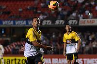 SÃO PAULO, SP, 05 DE SETEMBRO DE 2013 - CAMPEONATO BRASILEIRO - SÃO PAULO x CRICÚMA: João Vitor (e) durante partida São Paulo x Criciúma, válida pela 18ª rodada do Campeonato Brasileiro de 2013, disputada no estádio do Morumbi em São Paulo. FOTO: LEVI BIANCO - BRAZIL PHOTO PRESS.