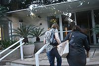 SÃO PAULO - SP - 06 DE MARÇO 2013. MORTE CHORÃO, Prima do cantor Sonia Abrao é vista entrando e saindo do prédio de Chorão, vocalista e líder da banda de rock santista, Charlie Brown Jr, onde o músico foi encontrado morto nesta madrugada, 6, em Pinheiros, na zona oeste de São Paulo..  FOTO: MAURICIO CAMARGO / BRAZIL PHOTO PRESS.