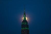 NEW YORK, EUA, 10.04.2017 - LUA-EMPIRE - Lua em sua forma cheia é vista atrás do Empire State Building em New York na noite desta segunda-feira, 10. (Foto: William Volcov/Brazil Photo Press)