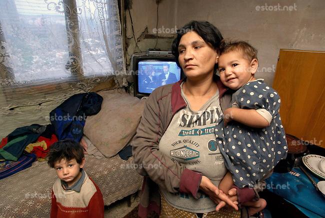 SLOWAKEI, 11.2008.Markusovce bei Spisska Nova Ves (Zipser Neudorf).Romaslum / Zigeunersiedlung der fuer die Slowakei typischen Art:.Familie in ihrem einsturzgefaehrdeten Haus (Aussenansicht siehe Fejer08113070.jpg)..Typical Roma slum / Gypsy settlement:.Family in their house which is about to collapse (exterior view: Fejer08113070.jpg)..© Martin Fejer/EST&OST