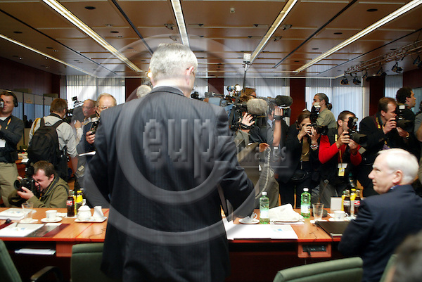 Belgium---Brussels---EU-Summit---italian presidency---Tour de Table/Round Table  16.10.2003.Joschka FISCHER, Foreign Minister, Germany from the back with Journalist;                 . .PHOTO:  / ANNA-MARIA ROMANELLI / EUP-IMAGES