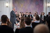 """Berlin, Bundespräsident Joachim Gauck und Studenten am Freitag (31.05.13) in Schloss Bellevue in Berlin waehrend Diskussion mit Studierenden von sechs Universitäten zu seiner """"Rede zu Perspektiven der europäischen Idee vom 22. Februar. Foto: Maja Hitij/CommonLens"""
