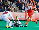 ROTTERDAM - Mink van der Weerden (NED) met oa Marc Salles (Spain)   tijdens   de Pro League hockeywedstrijd heren, Nederland-Spanje (4-0) . COPYRIGHT KOEN SUYK