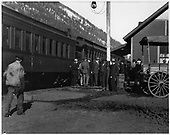Group of passengers on the platform of Telluride depot.  A horse-drawn wagon is standing by to assist customers.<br /> RGS  Telluride, CO  Taken by Mollette, Erskine (Rex) - 1921