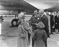 Royal family in conversation with KLM director Dr. A. Plesman. Place: Schiphol; Noord-Holland Date: May 29, 1949 <br /> <br /> <br /> PHOTO :  Noske, J.D. / Anefo