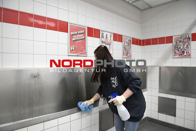 nph00351:  Herrentoiletten werden von einer Reinigungskraft deinfiziert,<br /> Sport: Fussball: 1. Bundesliga: Saison 19/20: 26.Spieltag: 1.FC KOELN-FSV MAINZ 05,17.05.2020.<br />  <br /> Nur für journalistische Zwecke! Only for editorial use!<br /> Gemäß den Vorgaben der DFL Deutsche Fußball Liga ist es untersagt, in dem Stadion und/oder vom Spiel angefertigte Fotoaufnahmen in Form von Sequenzbildern und/oder videoähnlichen Fotostrecken zu verwerten bzw. verwerten zu lassen. DFL regulations prohibit any use of photographs as image sequences and/or quasi-video.<br /> <br /> <br />  <br /> Foto: Anke Waelischmiller/SVEN SIMON/POOL/via Meuter/nordphoto