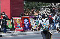 ATENCAO EDITOR: FOTO EMBARGADA PARA VEICULOS INTERNACIONAIS. SAO PAULO, SP, 29 SETEMBRO DE 2012 - COTIDIANO - CAVALETE PARADE - Artistas anonimos se reunem, na av Paulista, zona central da cidade, nesta tarde de sabado (29), para um protesto pacifico contra cavaletes propaganda politicas que sao sujam o visiual das ruas da cidade. FOTO RICARDO LOU - BRAZIL PHOTO PRESS