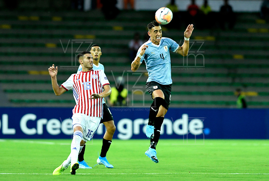 MANIZALES - COLOMBIA, 19-01-2020: José Luis Rodríguez de Uruguay y Cristhian Paredes de Paraguay disputan el balón partido entre las selecciones de Uruguay y Paraguay por la fecha 1, grupo B, del CONMEBOL Preolímpico Colombia 2020 jugado en el estadio Centenario de la ciudad de Armenia, Colombia. / Jose Luis Rodriguez of Uruguay and Cristhian Paredes of Paraguay fights the ball during a match between the teams Uruguay and Paraguay of the date 1, group B, for the CONMEBOL Pre-Olympic Tournament Colombia 2020 played at Cetennial stadium in Armenia city, Colombia. Photo: VizzorImage / Julián Medina / Cont.