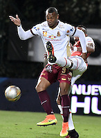 BOGOTÁ -COLOMBIA, 23-10-2016. William Tesillo (Der.) jugador de Santa Fe disputa el balón con Angelo Rodriguez (Izq.) jugador del Tolima durante el encuentro entre Independiente Santa Fe y Deportes Tolima por la fecha 17 de la Liga Aguila II 2016 jugado en el estadio Metropolitano de Techo de la ciudad de Bogota.  / William Tesillo (R) player of Santa Fe struggles for the ball with Angelo Rodriguez (L) player of Tolima during the match between Independiente Santa Fe and Deportes Tolima for the date 17 of the Liga Aguila II 2016 played at the Metropolitano de Techo Stadium in Bogota city. Photo: VizzorImage/ Gabriel Aponte / Staff