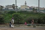 12 septiembre 2015. Melilla.<br /> F&aacute;tima est&aacute; en Melilla con su hija Leila, de dos a&ntilde;os. En total ha pagado 3.000 euros para pasar de Nador a Melilla y ahora se han quedado su dinero. Su marido se ha quedado con otros dos hijos en Marruecos buscando trabajo. La ONG Save the Children exige al Gobierno espa&ntilde;ol que tome un papel activo en la crisis de refugiados y facilite el acceso de estas familias a trav&eacute;s de la expedici&oacute;n de visados humanitarios en el consulado espa&ntilde;ol de Nador. Save the Children ha comprobado adem&aacute;s c&oacute;mo muchas de estas familias se han visto forzadas a separarse porque, en el momento del cierre de la frontera, unos miembros se han quedado en un lado o en el otro. Para poder cruzar el control, las mafias se aprovechan de la desesperaci&oacute;n de los sirios y les ofrecen pasaportes marroqu&iacute;es al precio de 1.000 euros. Diversas familias han explicado a Save the Children c&oacute;mo est&aacute;n endeudadas y han tenido que elegir qui&eacute;n pasa primero de sus miembros a Melilla, dejando a otros en Nador.<br /> &copy; Save the Children Handout/PEDRO ARMESTRE - No ventas -No Archivos - Uso editorial solamente - Uso libre solamente para 14 d&iacute;as despu&eacute;s de liberaci&oacute;n. Foto proporcionada por SAVE THE CHILDREN, uso solamente para ilustrar noticias o comentarios sobre los hechos o eventos representados en esta imagen.<br /> Save the Children Handout/ PEDRO ARMESTRE - No sales - No Archives - Editorial Use Only - Free use only for 14 days after release. Photo provided by SAVE THE CHILDREN, distributed handout photo to be used only to illustrate news reporting or commentary on the facts or events depicted in this image.