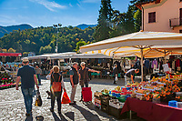 Italy, Lombardia, comunity Tremezzina - district Lenno: pituresque village at Golfo di Venere on the West Banks of Lake Como - market day | Italien, Lombardei, Gemeinde Tremezzina - Ortsteil Lenno: malerischer Urlaubsort am Golfo di Venere (Venus-Bucht), am Westufer des Comer Sees - Markttag