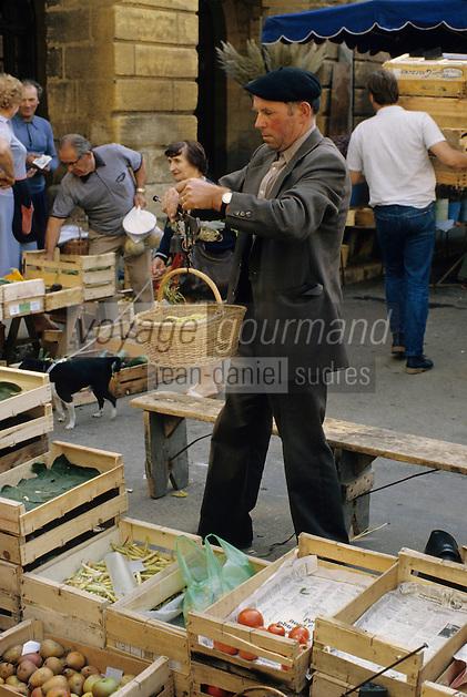 Europe/France/Aquitaine/24/Dordogne/Vallée de la Dordogne/Périgord/Périgord Noir/Sarlat-la-Canéda: Jour de marché place de la liberté - un agriculteur pése avec une balance romaine<br /> PHOTO D'ARCHIVES // ARCHIVAL IMAGES<br /> FRANCE 1980