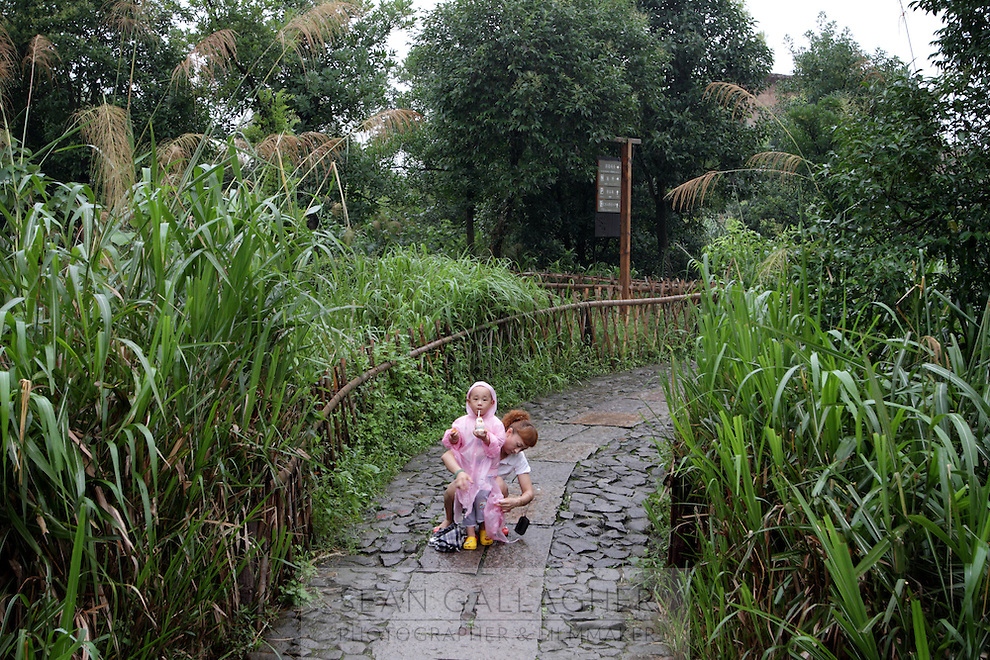 A mother and her child in the Xixi wetlands which lie in the west of the city of Hangzhou. This is China's 'first national wetland park,' dubbed as such to act as a role model to all other wetlands in China and to supposedly show how to effectively manage and restore wetlands, notably urban wetlands. Zhejiang Province. China. 2010
