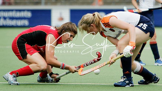 AMSTELVEEN - Duel tussen de Duitse Natascha Keller en Vera Vorstenbosch(r) ,zondag tijdens de wedstrijd Nederland-Duitsland (3-1) om de Rabo Champions Trophy 2006 in Amstelveen. ANP PHOTO KOEN SUYK