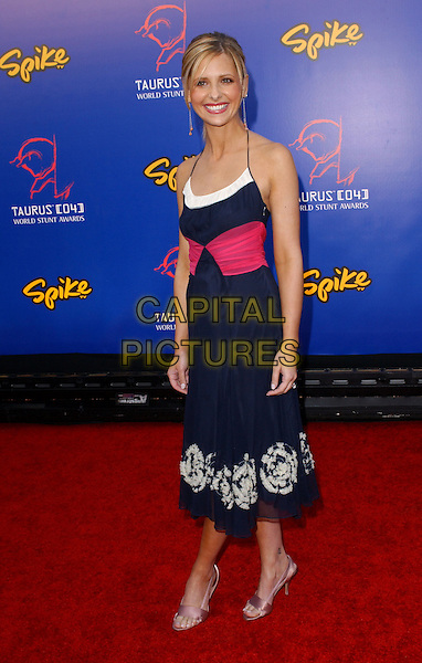 SARAH MICHELLE GELLAR.The 4th Annual Taurus World Stunt Awards held at The Paramount Picture Studios in Los Angeles California .May 16,2004.full length, full-length, blue dress, printed, pattern, halterneck, pink sash, wrap, belt.www.capitalpictures.com.sales@capitalpictures.com.©Capital Pictures