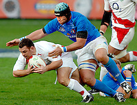 Photo: Omega/Richard Lane Photography. Italy v England. RBBS Six Nations. 10/02/2008. Italy's Santiago Dellape tackles England's  Lee Mears.