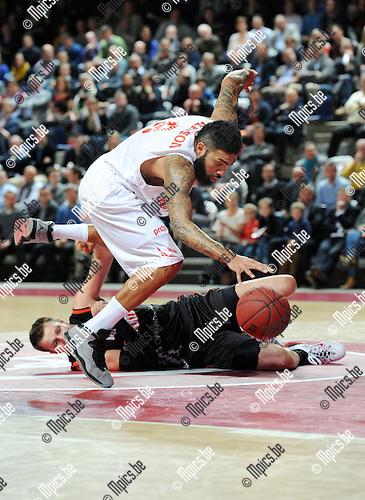 2014-12-02 / Basketbal / seizoen 2014-2015 / Antwer Giants - Le Mans / Ryan Pearson (Giants) verovert de bal op Michal Ignerski<br /><br />Foto: mpics.be