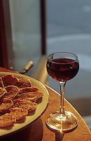 """Europe/France/Rhone-Alpes/69/Rhone/Lyon: saucisson lyonnais et beaujolais lors d'un machon dans le bouchon """"daniel et denise"""""""