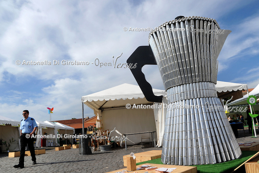 Festa Nazionale dell' Altra Economia. Roma. National Day for other economy. Rome.Caffettiera fatta con lattine riciclate..Coffee-pot made with recycled cans....