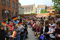 Kinder warten auf die Nationalspieler - 07.06.2017: Deutsche Nationalmannschaft besucht St. Petri Schule in Kopenhagen