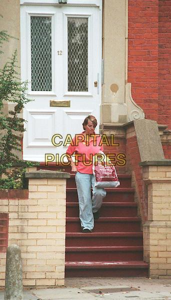 09/07/2001: LONDON.NICOLE APPLETON'S MUM LEAVING LIAM GALLAGHER'S FLAT.*PLEASE CREDIT PHOTOGRAPHER*.TEL: +44 (0)20 7253 1122.sales@capitalpictures.com.www.capitalpictures.com.paparazzi pix, celeb parent.(SD59).© Capital Pictures