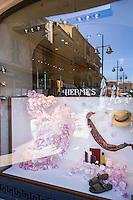 France, Provence-Alpes-Côte d'Azur, Saint-Tropez: Hermès Boutique, display window reflecting the harbour-promenade | Frankreich, Provence-Alpes-Côte d'Azur, Saint-Tropez: Hermès Boutique, Schaufenster mit Spiegelung der Hafenpromenade