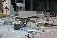 SÃO PAULO,SP,08.05.2015 - EXPLOSÃO CAIXA ELETRÔNICO - Bandidos explodiram caixas eletrônicos de uma agência da Caixa Econômica Federal na Av. das Cerejeiras no bairro Vila Maria região norte da capital madrugada desta sexta-feira,08. (Foto Marcio Ribeiro / Brazil Photo Press)