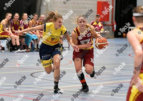 2016-10-15 / basketbal / seizoen 2016 - 2017 / Campina Dessel - Okido Arendonk / O. Clerckx (r) (Campina Dessel) aan de bal terwijl L. Segers (l) (Okido Arendonk) haar verdedigt