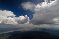 4415 / Wolkenstrassen: AMERIKA, VEREINIGTE STAATEN VON AMERIKA, NEVADA,  (AMERICA, UNITED STATES OF AMERICA), 23.07.2006:Cumulus Wolkenstrassen in der Wueste von Nevada, leichte Ueberentwicklung