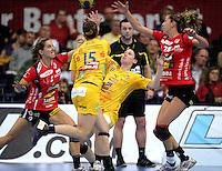 EHF Champions League Handball Damen / Frauen / Women - HC Leipzig HCL : SD Itxako Estella (spain) - Arena Leipzig - Gruppenphase Champions League - im Bild: Anne Müller wird am Kreis zu Fall gebracht. Foto: Norman Rembarz .