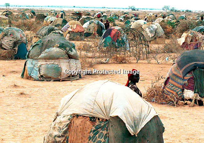 dicoeth00036.Ethiopia. A camp for nomads looking for food and water on April 14, 2000 in Danan, Ogadin Province in Ethiopia. The country was hit by a severe drought in early 2000. Thousands of people came to these areas searching for food and water from rural areas..©Per-Anders Pettersson/ iAfrika Photos