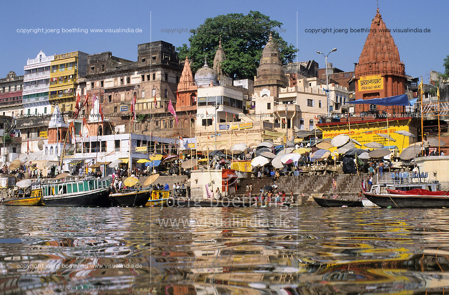 INDIEN Benares Varanasi Kashi, hinduistische Tempel und Badestufen fuer Pilger am Dasaswamedh Ghat am fuer Hindus heiligen Fluss Ganges / INDIA Varanasi , Hindu temple and Ghats at river Ganga