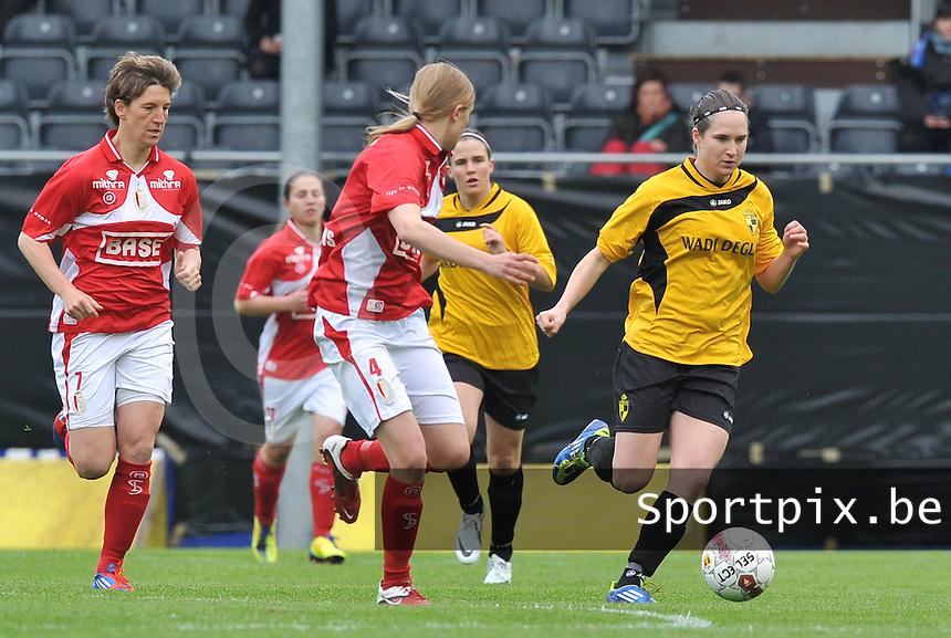 Bekerfinale 2012 : WD Lierse SK - Standard Femina :.Kristien Elsen aan de bal voor Aline Zeler (links).foto David Catry / Joke Vuylsteke / Vrouwenteam.be