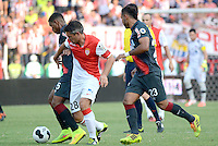 BARRANQUILLA - COLOMBIA, 20-07-2014. Luis Narvaez (Izq) del Atletico Junior disputa el baln con Jeremy Toulalan (Der) del AS Monaco durante partido por la Copa Euroamericana 2014 disputado en el estadio Metropolitano Roberto Melendez de la ciudad de Barranquilla./ Luis Narvaez (L) player of Atletico Junior fights the ball with Jeremy Toulalan (R) player of AS Monaco during match for the Euroamerican Cup 2014 played at Roberto Melendez Metropolitano stadium in Barranquilla City. Photo: Alfonso Cervantes / Str