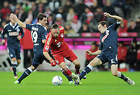 FUSSBALL   1. BUNDESLIGA  SAISON 2011/2012   17. Spieltag   16.12.2011 FC Bayern Muenchen - 1. FC Koeln        Franck Ribery (Mitte, FC Bayern Muenchen) gegen Mato Jajalo (li, 1. FC Koeln) und Sascha Riether (re, 1. FC Koeln)