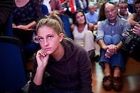 Lecco: una ragazza ascolta Matteo Renzi durante il suo discorso a Bergamo, durante la sua campagna elettorale per le primarie del PD.