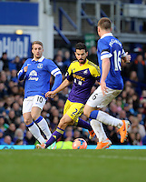 Pictured: Jordi Amat of Swansea (C) against Gerard Deulofeu (L) and James McCarthy of Everton. Sunday 16 February 2014<br />